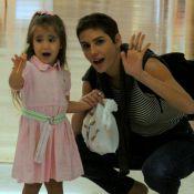 Deborah Secco exibe novo visual em passeio com a filha, Maria Flor, em shopping