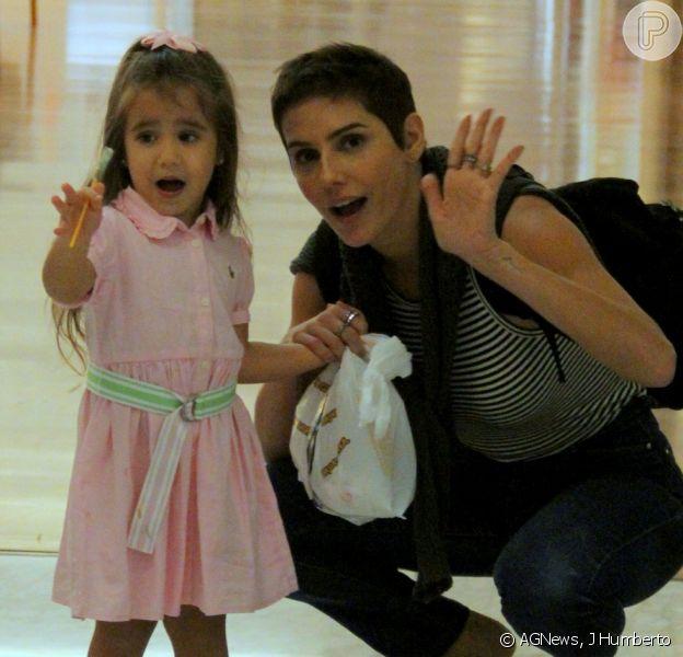 Deborah Secco, com novo visual, passeia em shopping com a filha, Maria Flor, em 22 de outubro de 2018