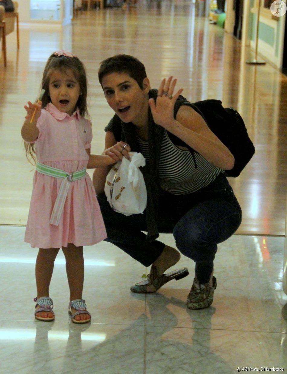 7e004ef7e Deborah Secco, com novo visual, passeia em shopping com a filha, Maria Flor