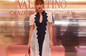 Marina Ruy Barbosa alia vestido romântico a bota de cowboy em evento da Valetino
