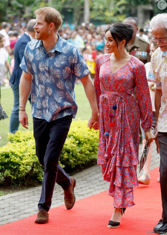 Meghan Markle escolhe look floral para visita à universidade com o príncipe Harry em Fiji, em 24 de outubro de 2018