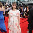 Amanda Peet aposta em visual comportado para o Emmy 2014