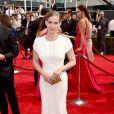 Anna Chlumsky usa vestido branco de Zac Posen para o Emmy 2014
