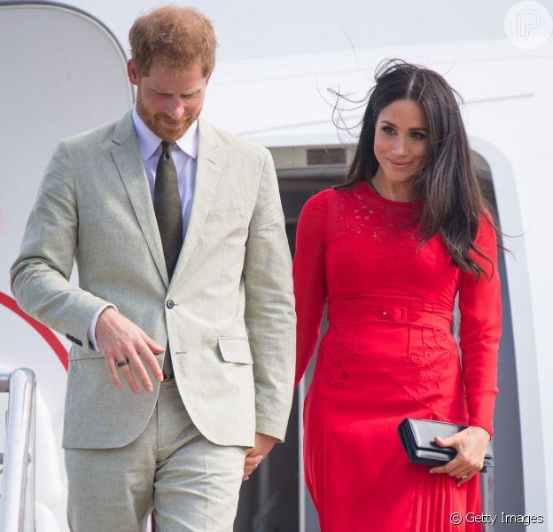 Meghan Markle é traída por look ao desembarcar em Tonga, no aeroporto de Fua'amotu, em Fiji, nesta quinta-feira, 25 de outubro de 2018