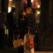 Pedro Bial troca beijos com consultora de moda Maria Prata em rua do Leblon