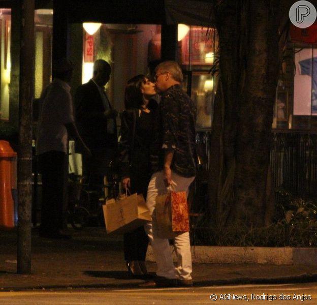 Pedro Bial foi flagrado trocando beijos com a consultora de moda Maria Prata em uma rua do Leblon, na Zona Sul do Rio de Janeiro, na noite de segunda-feira, 25 de agosto de 2014