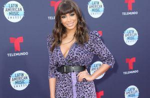 De franjinha, Anitta usa look com animal print para premiação em Los Angeles