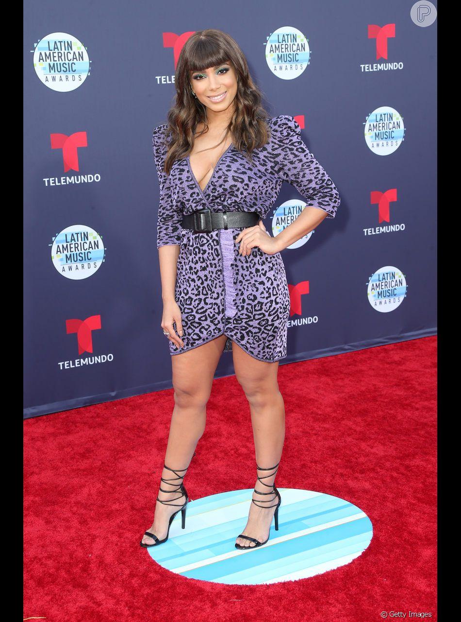 De franjinha, Anitta usa look com animal print para premiação em Los Angeles nesta quinta-feira, dia 25 de outubro de 2018
