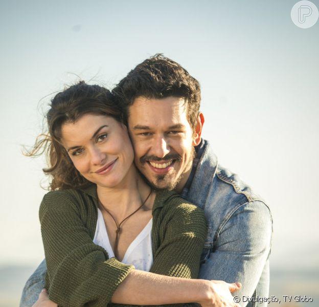 Isabel (Alinne Moraes) provoca Alain (João Vicente de Castro) e diz que diretor ainda a deseja na novela 'Espelho da Vida'