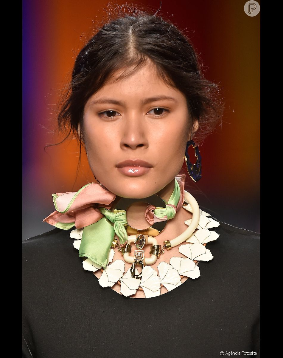 Bijous das semanas de moda nacionais: maxicolares usados juntos em desfile do Sindijoias no Minas Trend
