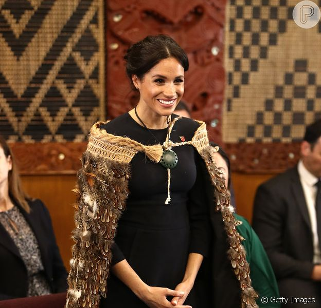 Meghan Markle fica descalça e ganha traje neozelandês para proteger gravidez ao iniciar último dia de viagem