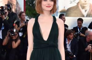 Emma Stone exibe novo visual e brilha com vestido decotado no Festival de Veneza