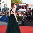 Emma Stone posa com simpatia para fotos no tapete vermelho do evento