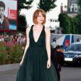 Emma Stone exibe novo visual e brilha com vestido da grife Valentino, no Festival de Veneza, em 27 de agosto de 2014