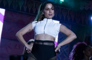 Anitta rebola de shortinho em balada com amigos ao retornar aos Estados Unidos