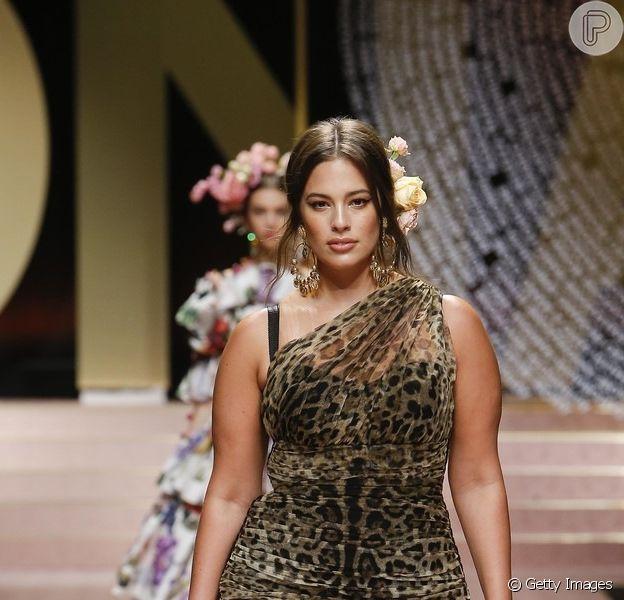 Look drapeado da Dolce & Gabbana tem pegada sexy e é atemporal