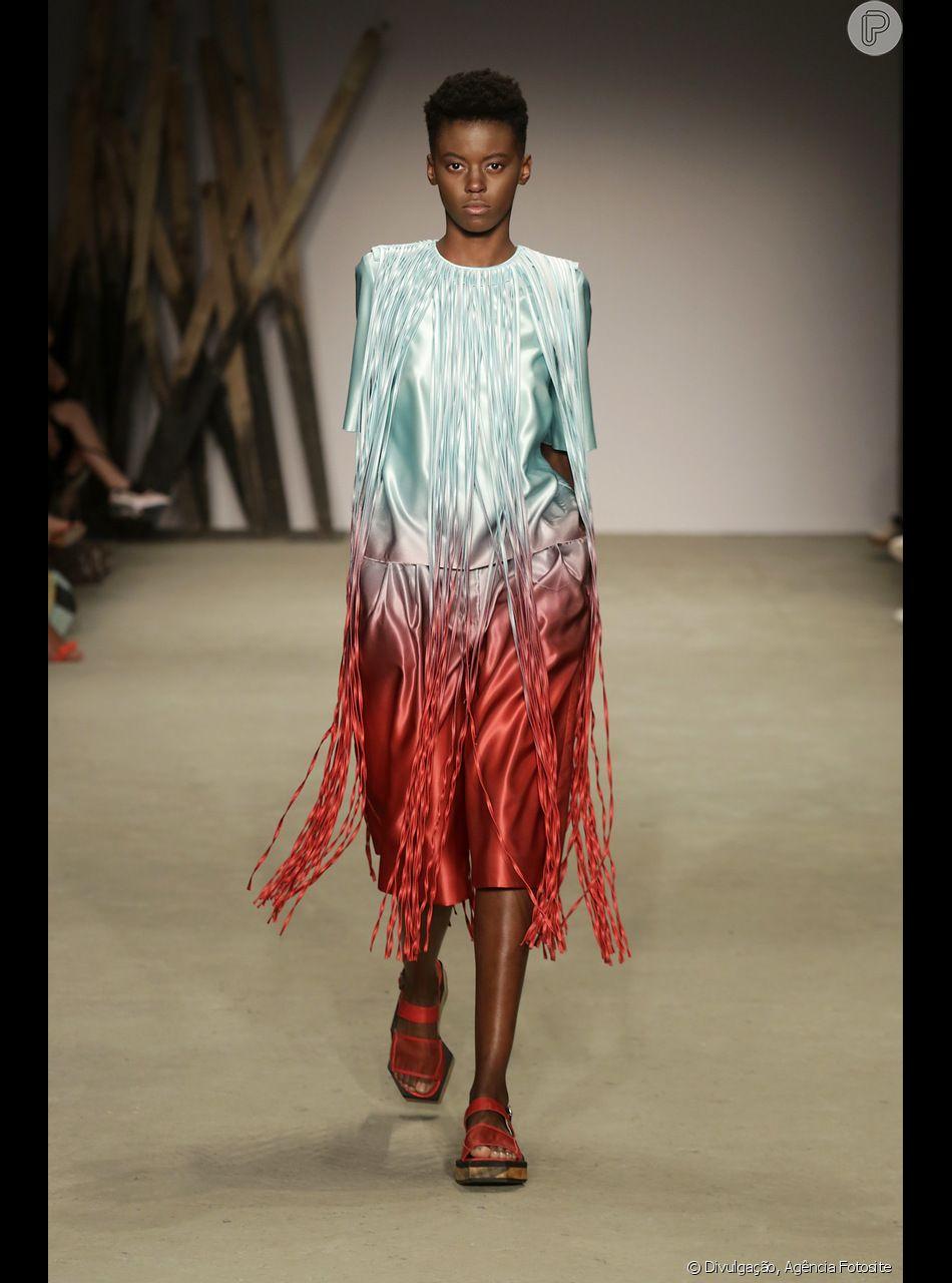 78a16ff4b90ad A combinação de tons quentes como o vermelho e frios como o verde deixam o  look de franjas mais verão, como nesse vestido da grife Apartamento 03
