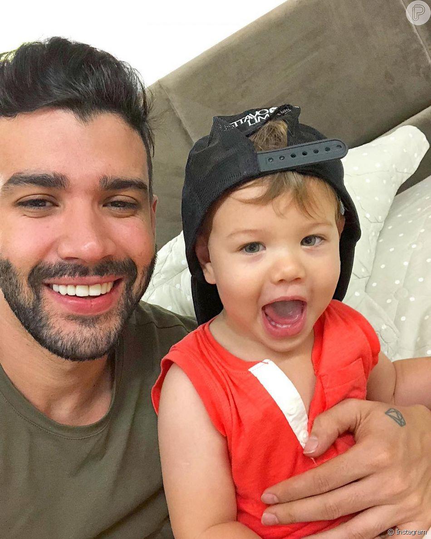 Gusttavo Lima dividiu com os seguidores uma foto fofa com o filho, Gabriel, de 1 ano, no Instagram
