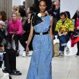 Jeans no verão: vestido mídi com cintura marcada da Miu Miu