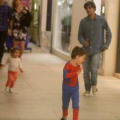 Felipe Simas brinca com filhos, Joaquim e Maria, em shopping do Rio. Fotos!