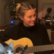 Carolina Dieckmann canta e toca violão em reunião com Marquezine e amigos. Veja!