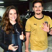 Juliana Paiva e Nicolas Prattes prestigiam jogo do Botafogo com os pais da atriz