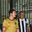 Gilmar, pai de Juliana Paiva, assistiu ao jogo com a filha e Nicolas Prattes