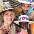 Para combnar com os pais, Títi apostou em chapéu de palha bordado para ida à praia