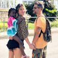 Para saída com os pais estilosos, Títi investiu em saída de praia de melância e sandália pink