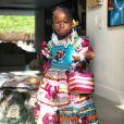 Para festa junina, Títi usou vestido com bordados e aplicações e bolsa de palha. Vale ressaltar também o bocão rosa!