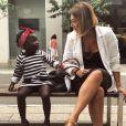 Com avó estilista, Títi apostou em vestido listrado preto e branco, bandana vermelha e mocassim com a palavra 'Love'