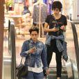Namorada de Nanda Costa, Lan Lanh usou tendência dos chuncky sneakers em passeio no shopping com a atriz