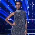 Taís Araujo investiu em vestido curto de um ombro só para apresentação do reality 'PopStar', da TV Globo