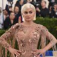 Sempre inovando em suas laces (perucas), o corte blunt com fios platinados foram apostas de Kylie Jenner para uma premiação
