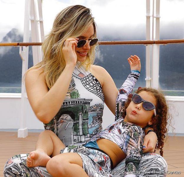 Thyane Dantas e a filha, Ysis, usaram look com estampas iguais no cruzeiro WS On Board