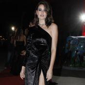 Veludo molhado e sombra metalizada: o look de Camila Queiroz em festa de revista
