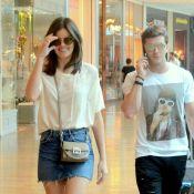 Camila Queiroz escolhe look básico para ir às compras com marido, Klebber Toledo