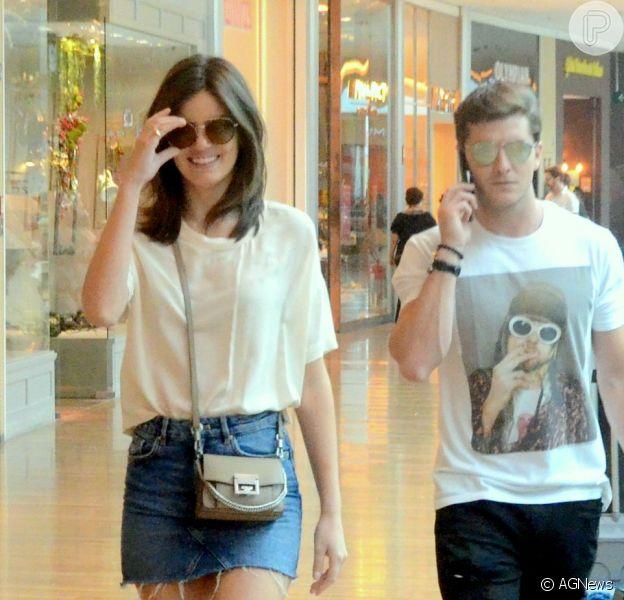 Camila Queiroz usou look básico para passear com Klebber Toledo em shopping do Rio neste domingo, 2 de dezembro de 2018