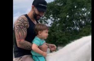Momento família: Gusttavo Lima anda a cavalo com filho e brinca com cachorros