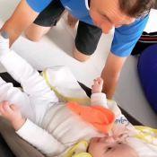 Andressa Suita filma pai brincando com o neto Samuel: 'Trocando ideia com vovô'