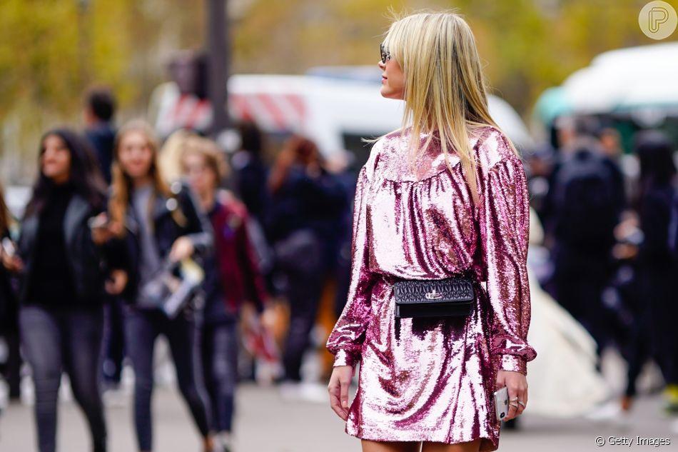 Pra equilibrar com o brilho do vestido: pochete no tamanho mini