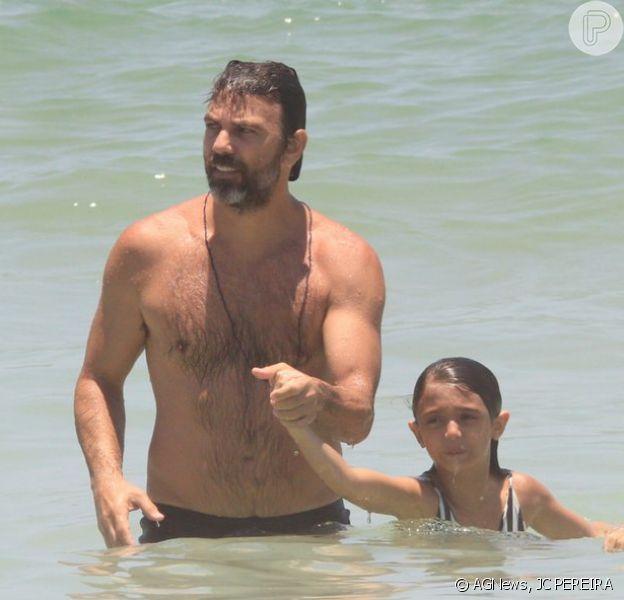 Marcelo Faria aproveita dia de sol na praia de Ipanema, na Zona Sul do Rio de Janeiro