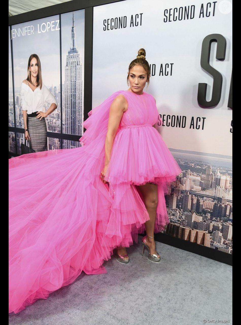 No tapete vermelho de première de seu filme, 'Second Act', em Nova Yor, Jennifer Lopez apostou no vestido rosa bem vibrante
