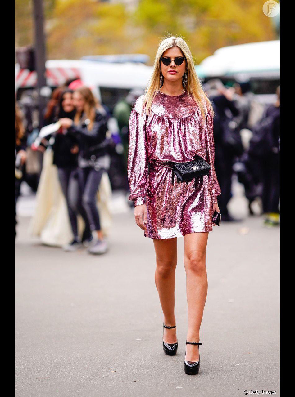 O vestido rosa pode ganhar um toque metalizado para os looks de festa