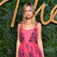O vestido rosa de festa pode ganhar estampas tropicais minimalistas