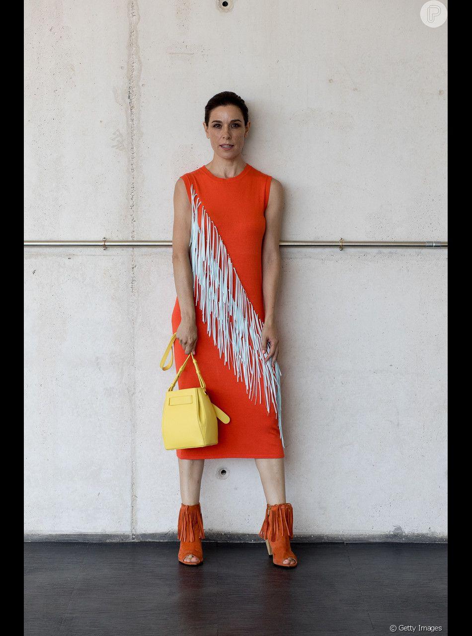 O vestido coral de festa pode, ainda, ganhar detalhes que são tendência, como franjas