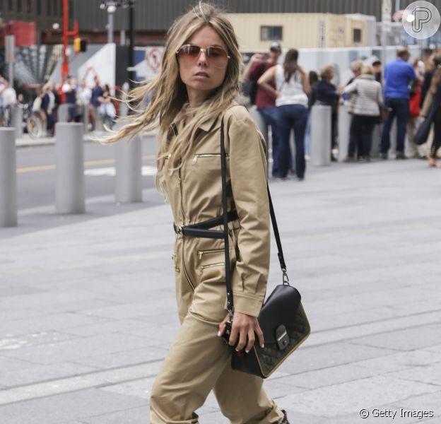 Mix de estilos na moda de rua: o urbano macacão utilitário + animal print boots