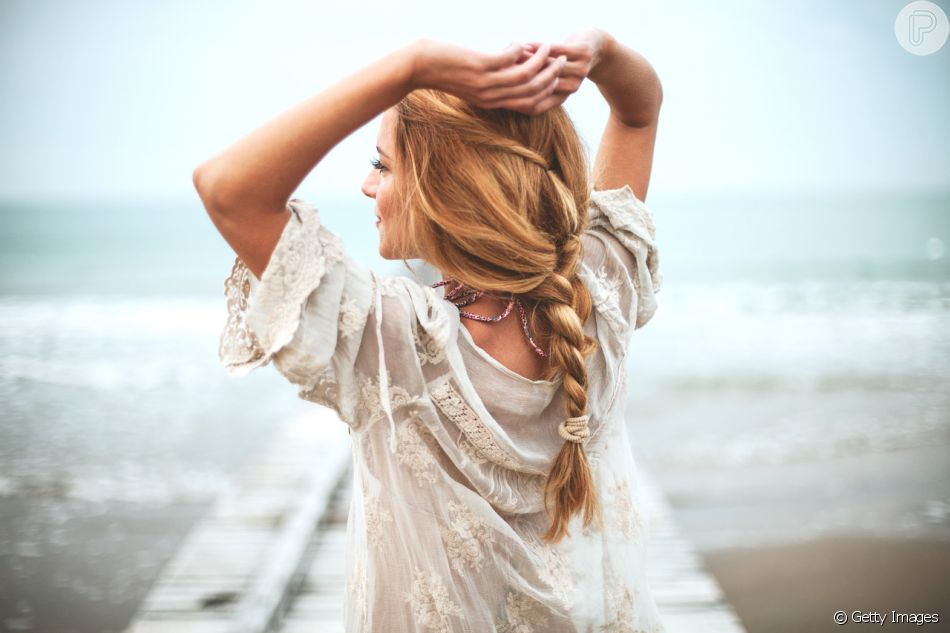 A trança embutida com raiz soltinha são práticas e deixam o visual estiloso na praia
