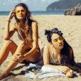 Na praia, os lenços deixam o cabelo solto mais estiloso e ainda evitam mechas na frente do rosto