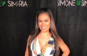 Simone usa look com estampa tropical e decote trançado: 'Amo vestido longo'
